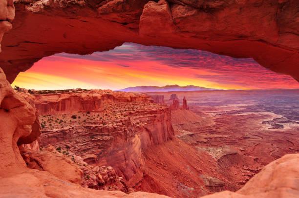 kleurrijke sunrise in mesa arch, canyonlands national park bij moab, utah, verenigde staten - moab utah stockfoto's en -beelden