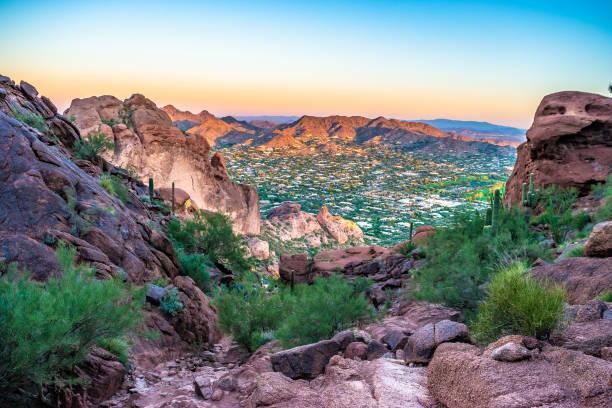 colorful sunrise on camelback mountain in phoenix, arizona - stan arizona zdjęcia i obrazy z banku zdjęć