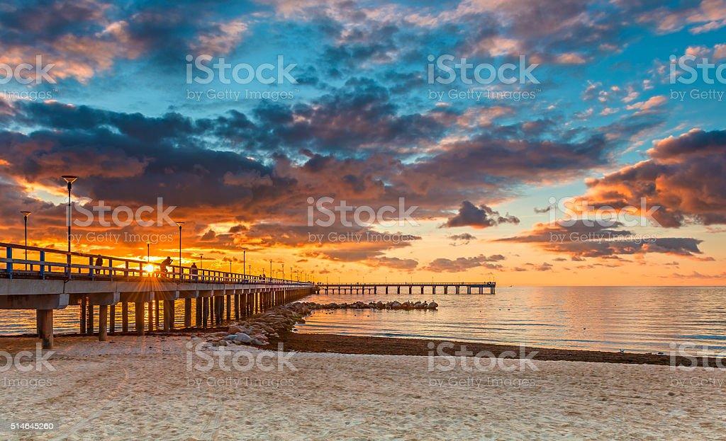 Farbenfrohen Sonnenuntergang in einem Marine Pier, der Ostsee – Foto