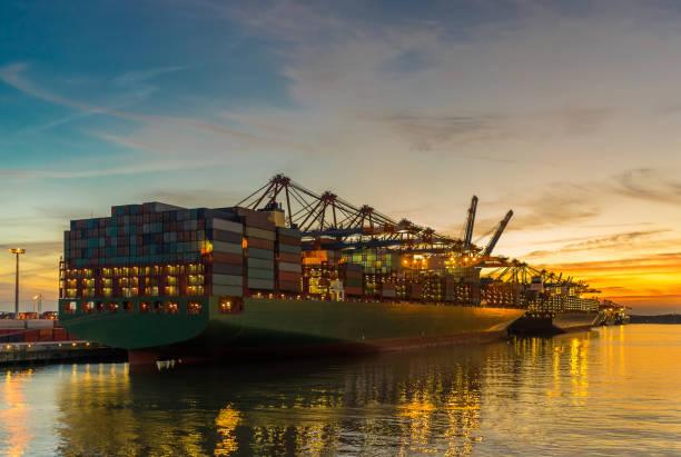Farbenfrohen Sonnenuntergang am Burchardkai hinter einem Containerschiff im Hamburger Hafen – Foto