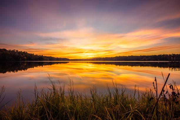 красочный закат на озере дэвис - sunset стоковые фото и изображения