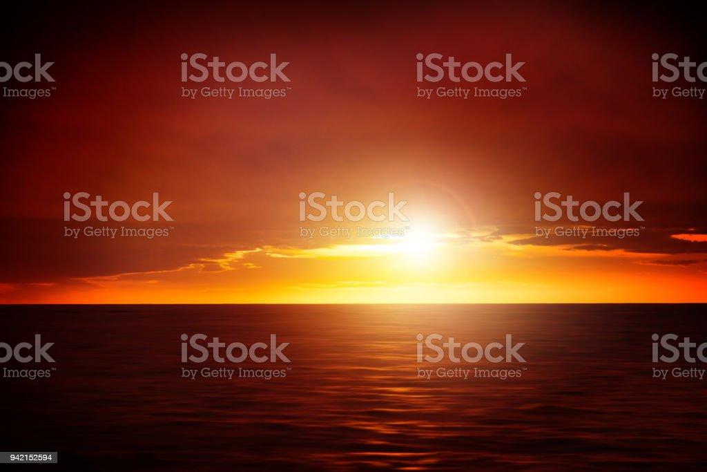 Farbenprächtigen Sonnenuntergang am Meer – Foto