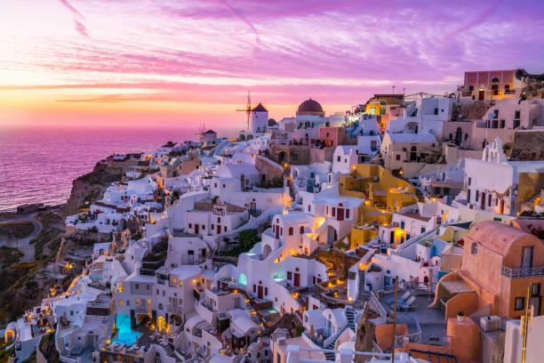 färgsprakande solnedgång över santoriniön - oia santorini bildbanksfoton och bilder