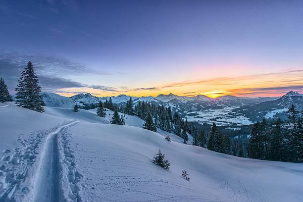 Farbenfrohen Sonnenuntergang Ansicht von Skispur auf schneebedecktes Feld – Foto