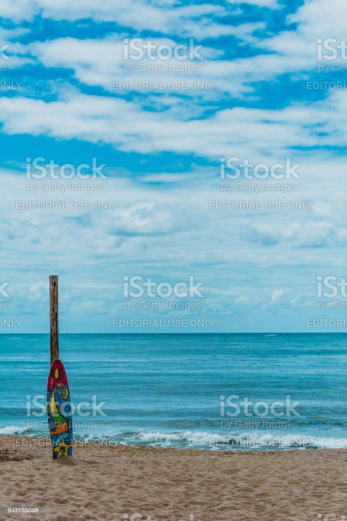 Prancha de surf colorida na areia na praia de armação, Florianópolis, Brasil. - foto de acervo
