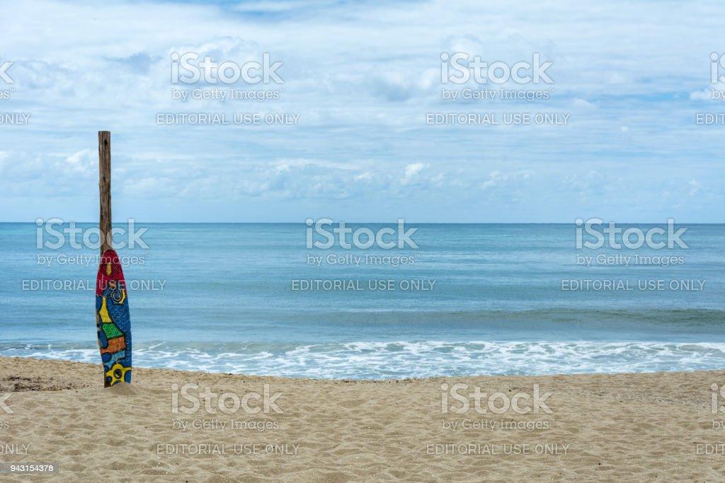 Prancha de surf colorida na areia na praia de armação, em Florianópolis, Brazil - foto de acervo