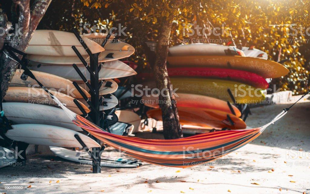 Bunte Surfbretter und die Hängematte auf dem Küstenort – Foto