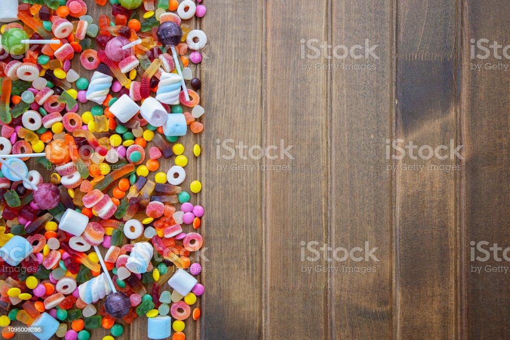 Renkli tatlılar, şekeri çerçevesi ahşap arka plan üzerinde. stok fotoğrafı