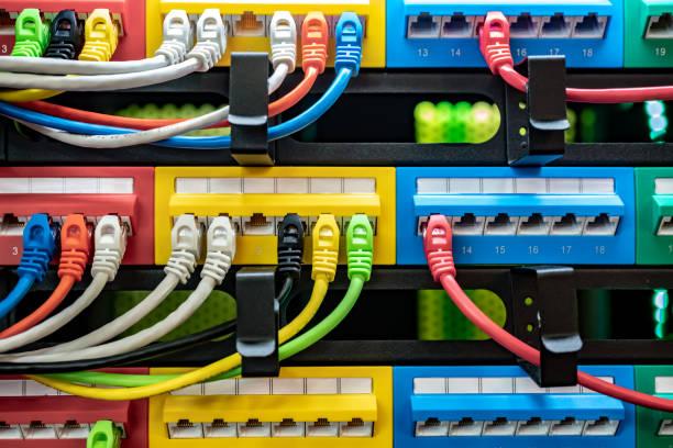 Bunte Telekommunikation Colorful Ethernet-Kabel mit dem Schalter im Internet Rechenzentrum verbunden – Foto