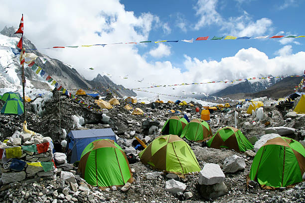 bunte zelte im basislager zurücklegte region, nepal mount everest - nepal tibet stock-fotos und bilder