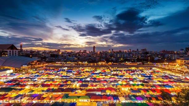 kleurrijke tenten op de avondmarkt in bangkok, thailand. - avondmarkt stockfoto's en -beelden