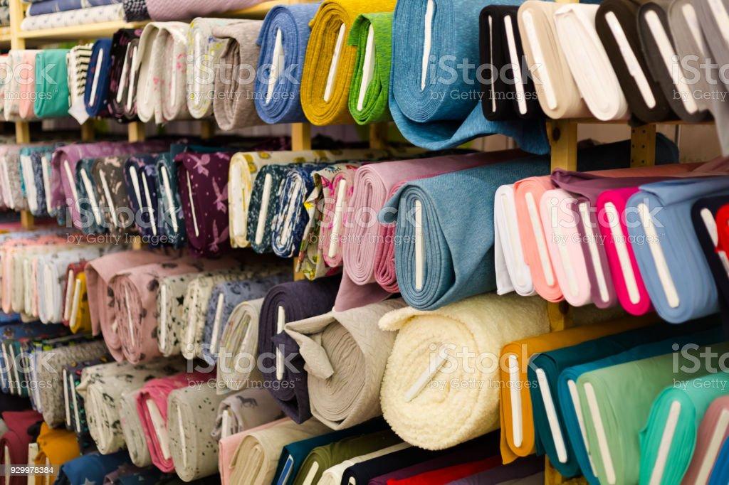 textil colorido em rolos na loja - foto de acervo