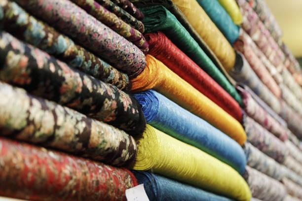 colorful textiles at grand bazaar, istanbul - przemysł włókienniczy zdjęcia i obrazy z banku zdjęć