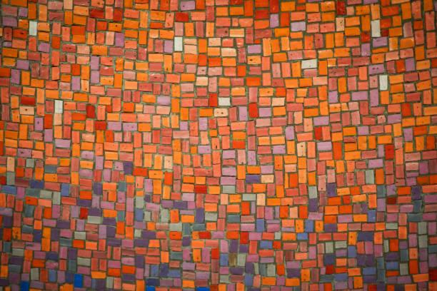 carrelage coloré fond - rouge, orange, violet - mosaïque photos et images de collection
