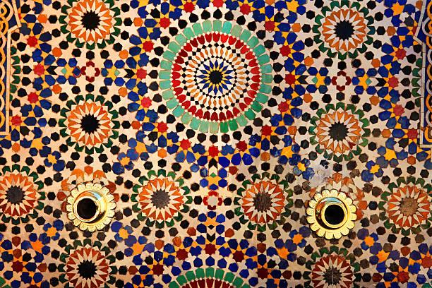 カラフルなタイルにファウンテン、ムハンマド 5 世廟、rabat ,morocco ます。 - ムーア様式 ストックフォトと画像