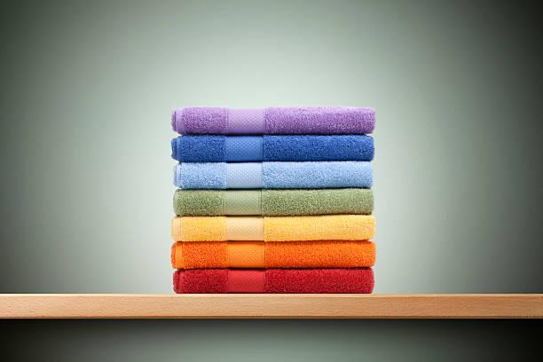 bunte handtücher - stoffregal stock-fotos und bilder