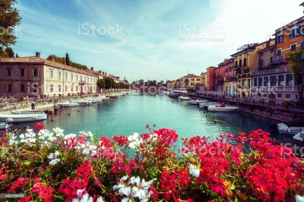 Bunte Stadt von Peschiera del Garda in Italien. – Foto