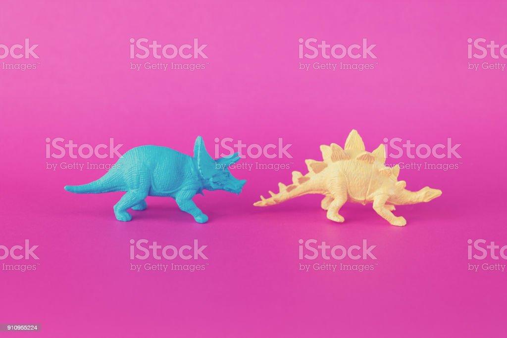 Dinossauros de brinquedo colorido Pink - foto de acervo
