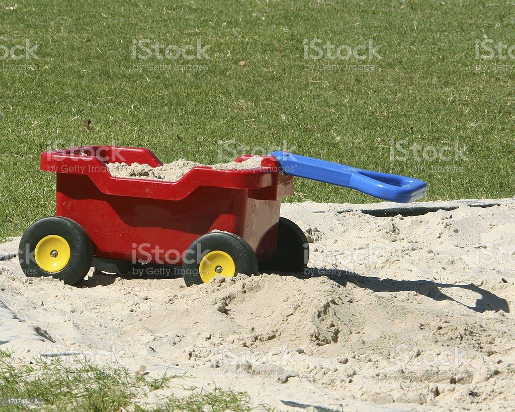 Bunte Bollerwagen links in den Sand stecken – Foto