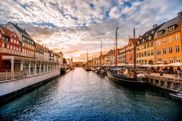 färgglada traditionella hus i copenhagen gamla stan nyhavn vid solnedgången - öresundsregionen bildbanksfoton och bilder