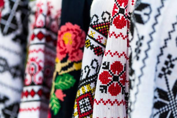 roupas coloridas de romena tradicional para a venda no mercado - romênia - fotografias e filmes do acervo