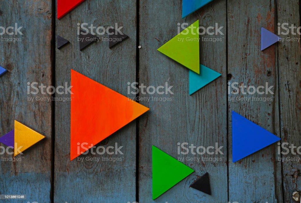 Triángulos de colores en la superficie de madera - foto de stock