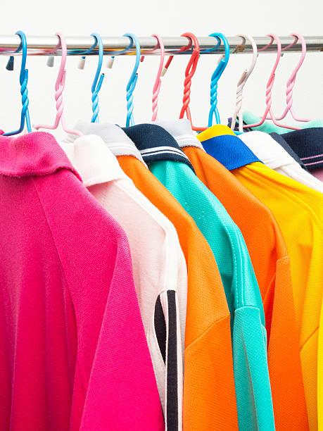 Bunte T-shirts auf Kleiderbügel – Foto