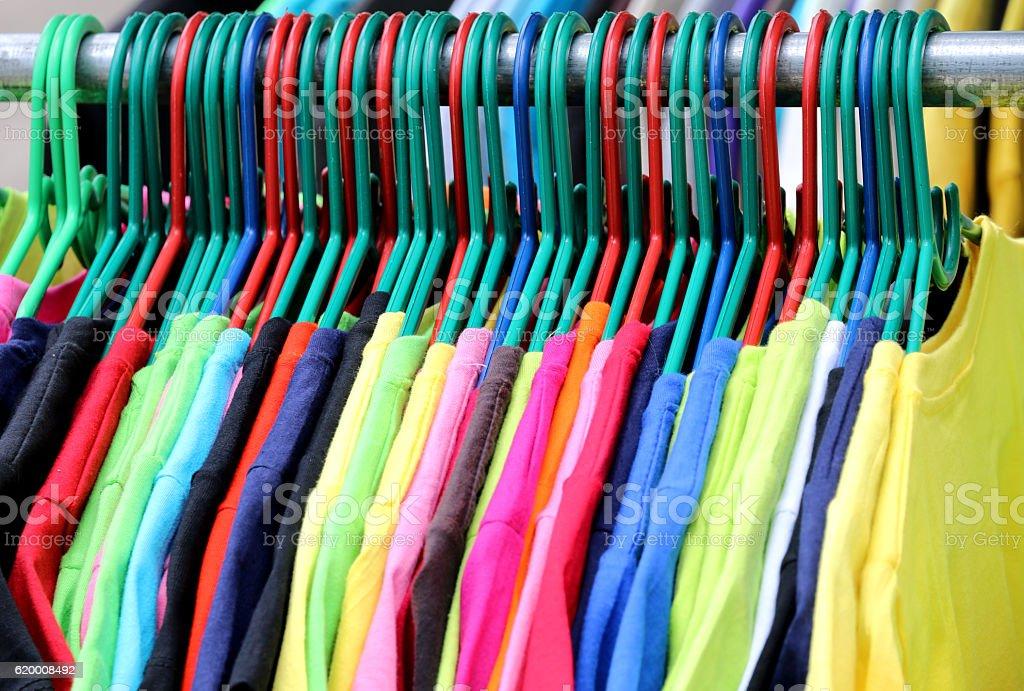 Kolorowe t-shirty na wieszaki. zbiór zdjęć royalty-free