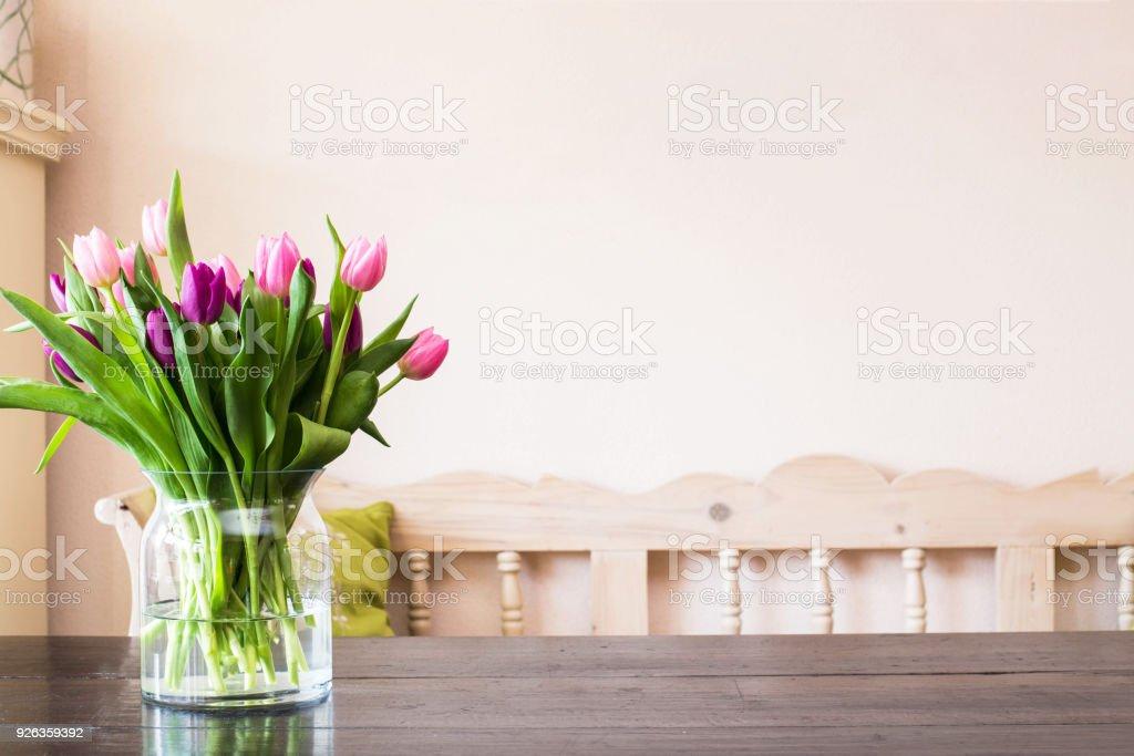 Bunte Tulpen Osterdekoration im Hause april – Foto