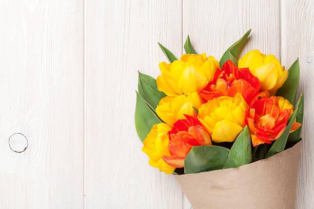 colorful tulips over wooden table - meerdere lagen effect stockfoto's en -beelden
