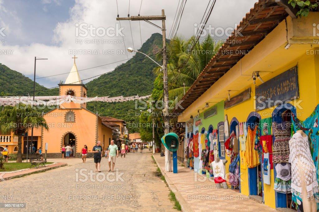 Kleurrijke typische stenen weg naar de stad kerk - Royalty-free Aankomst Stockfoto
