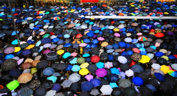 färgglada paraply öppet i den trånga gatan - hongkong bildbanksfoton och bilder