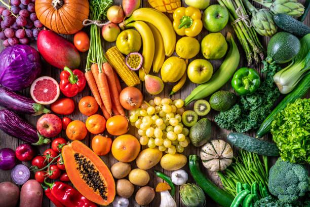 kleurrijke groenten en vruchten veganistisch voedsel in regenboogkleuren - fruit stockfoto's en -beelden
