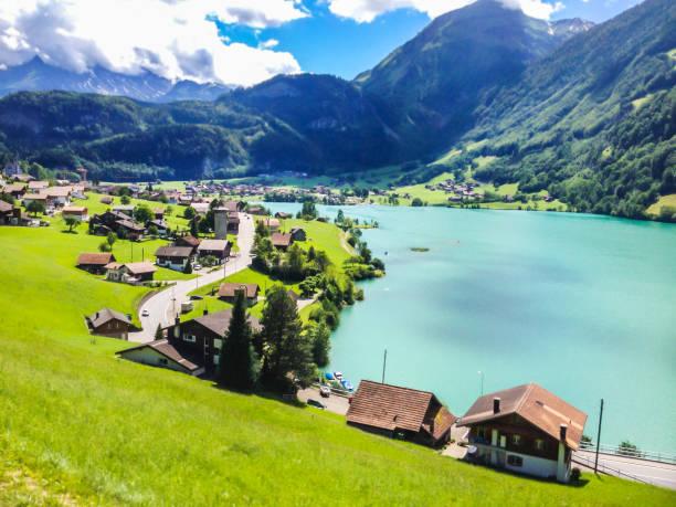 bunter blick auf thunersee (thunersee) an einem schönen sommertag, thun, schweiz, europa. - thun switzerland stock-fotos und bilder