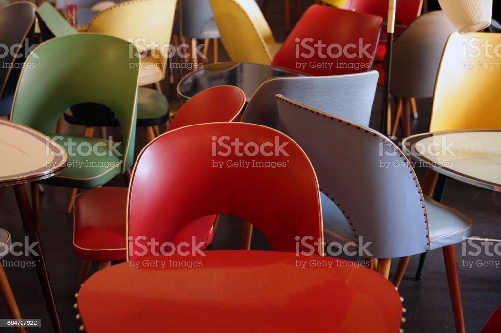 Bunte Vintage Stühle und Tische – Foto