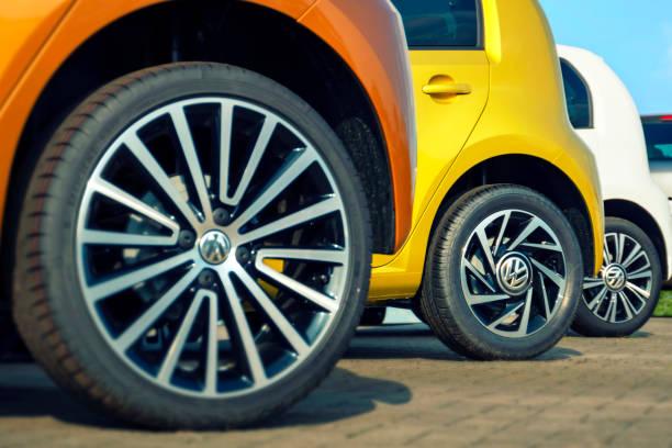 Bunte VW up! Autos - hintereinander geparkt – Foto