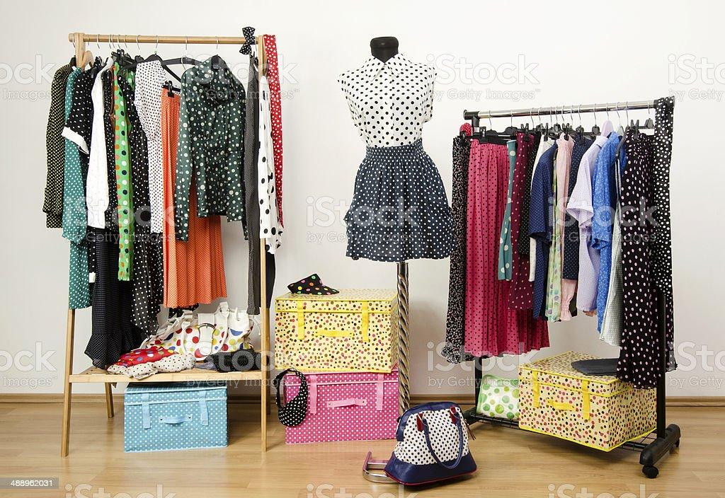 Bunten Kleiderschrank Mit Punktmusterung Kleidung Und Accessoires
