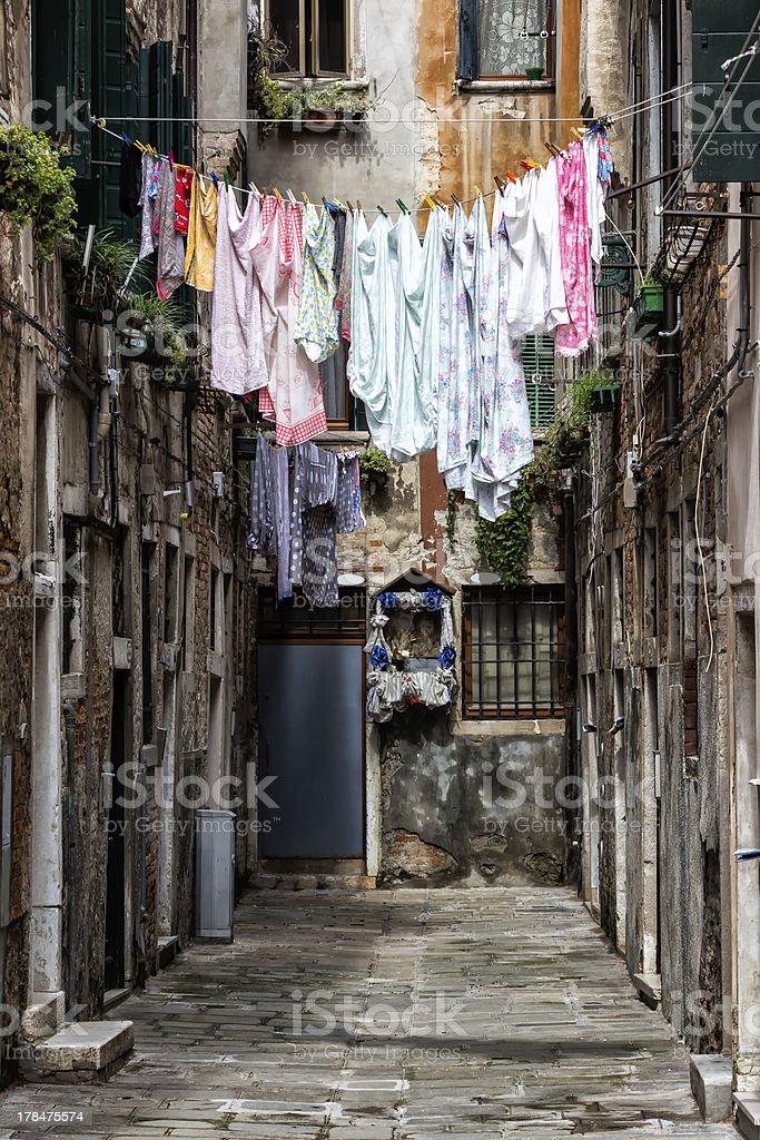 Bunte Waschungen wie neu auszusehen Trocknen im Freien in Venedig, Italien – Foto