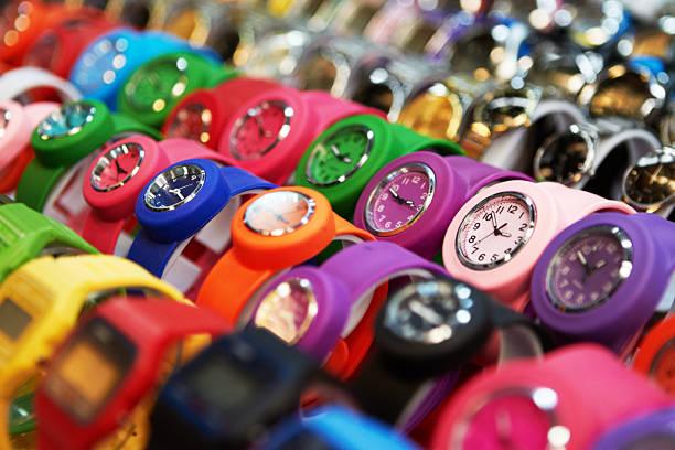 Bunte Uhren von on sale – Foto