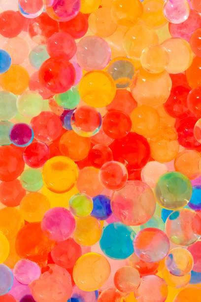 boules de gel eau colorée pour un arrière-plan - fond multicolore photos et images de collection