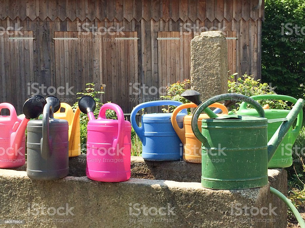 bunte Gießkannen stock photo