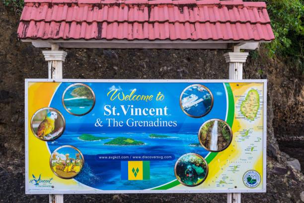 buntes willkommensschild am kreuzfahrtterminal in kingstown, saint vincent - kingstown stock-fotos und bilder