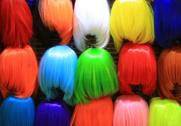 bunte perücke zubehör. verkauf auf dem markt. verschiedene perücken für frauen. - cartoon kostüme stock-fotos und bilder