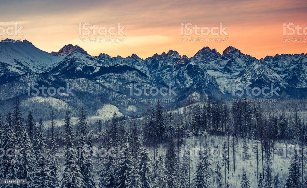 Bunte Wintersonnenaufgang, Tatra-Gebirgslandschaft – Foto