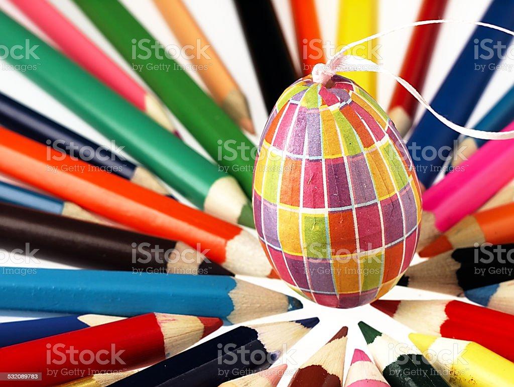 Kolorowe drewniane kredki i Wielkanoc Jajko. – zdjęcie