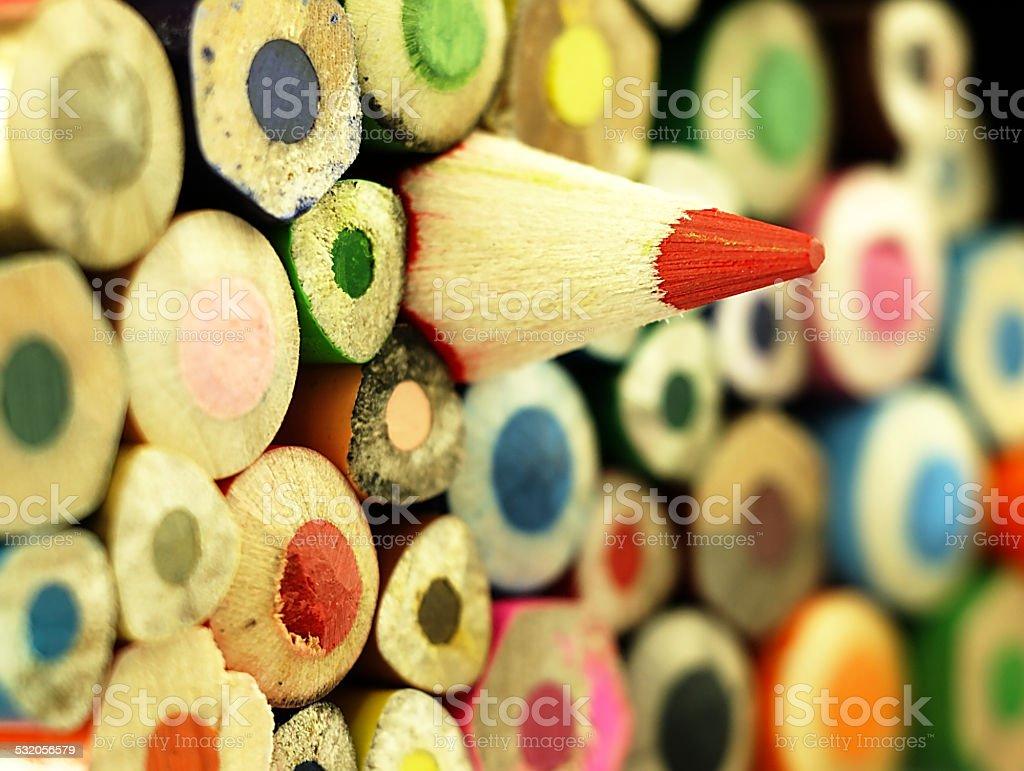 Kolorowe drewniane kredki ściśle. – zdjęcie