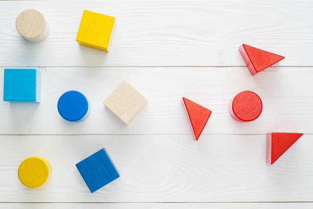 Colores geométricos construcción bloques de madera sobre fondo blanco de madera. - foto de stock