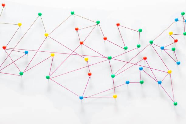 färgglada ull trådar bildar ett nätverk mellan stift - blue yellow band bildbanksfoton och bilder