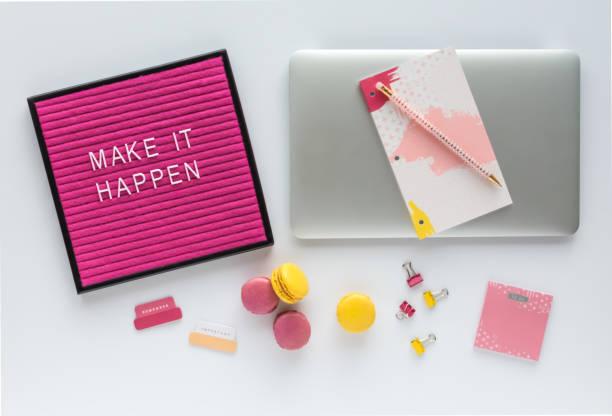 bunte arbeitsbereich mit laptop-computer, inspirierende brief board zitat, agenda, büro-accessoires und französische macarons - rosa zitate stock-fotos und bilder