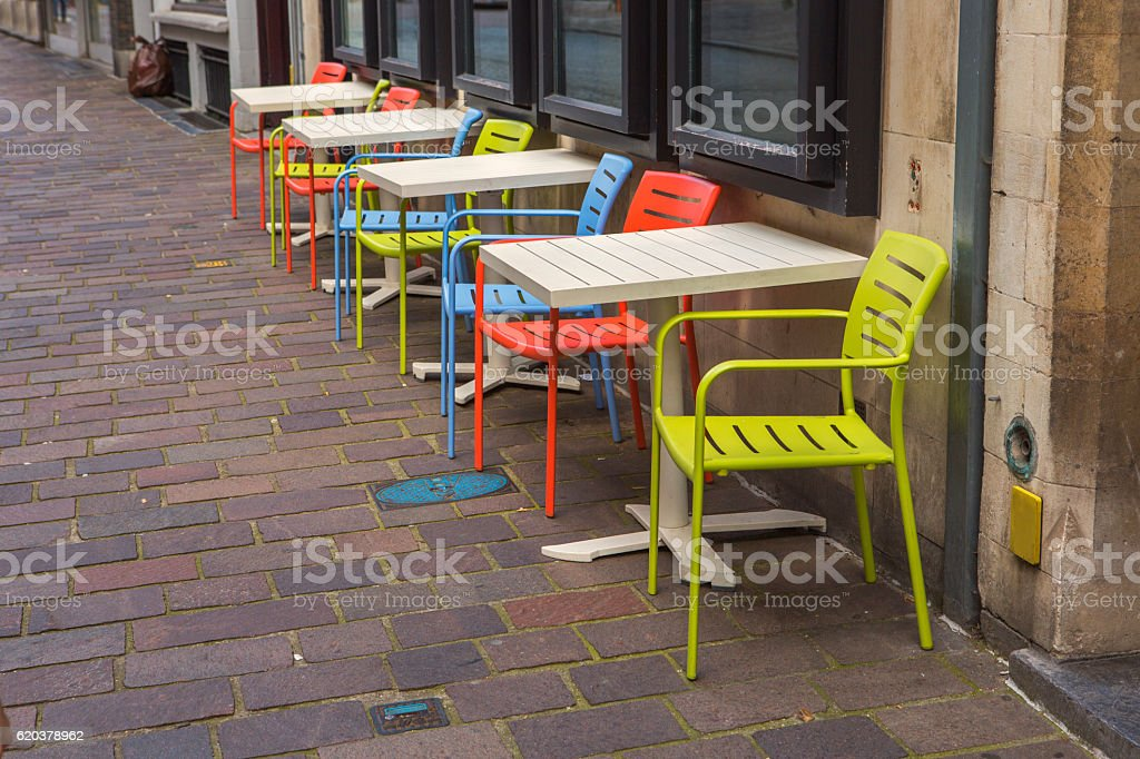 colorfull empty tables at street of brugge belgium zbiór zdjęć royalty-free